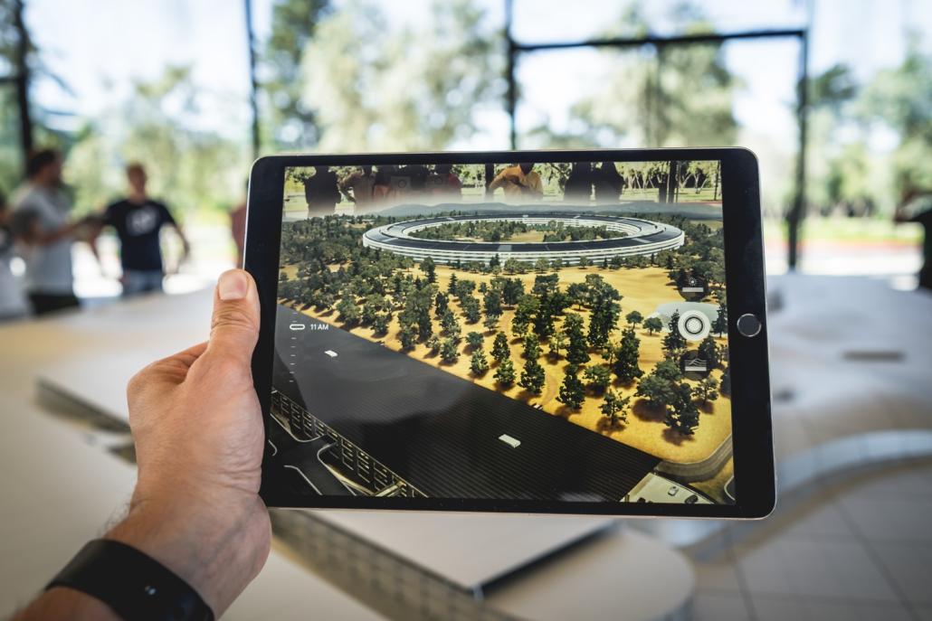 Augmented reality (foto boven) voegt objecten toe aan de werkelijkheid die we voor ons zien. Virtual reality creëert een nieuwe werkelijkheid.